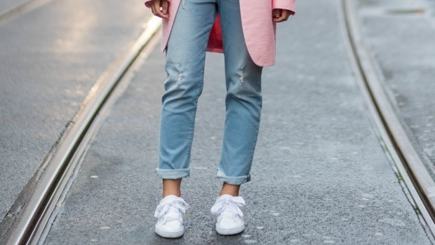 10 Outfits to Wear With White Sneakers